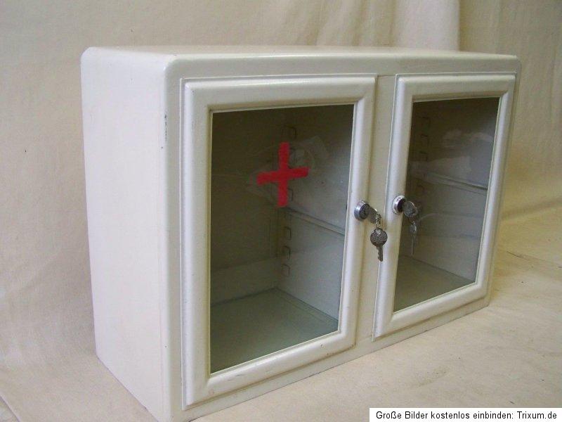 kleiner alter arztschrank apothekerschrank. Black Bedroom Furniture Sets. Home Design Ideas