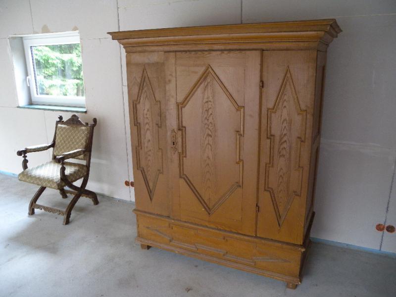 kleiner zerlegbarer barock dielenschrank kleiderschrank. Black Bedroom Furniture Sets. Home Design Ideas